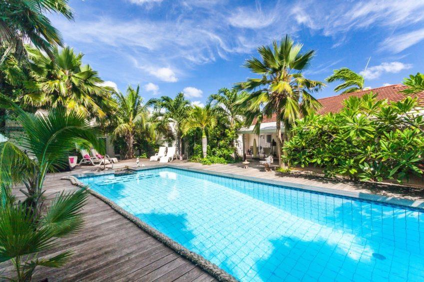 Zwembad in tropische tuin van Frangipani Apartments Curaçao © Frangipani Apartments Curaçao
